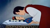 Escena del beso final en Blancanieves. Captura