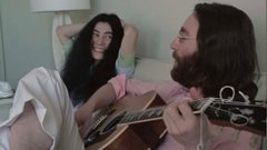 "Sale a la luz un nuevo video de John Lennon ensayando ""Give Peace a Chance"". Captura"