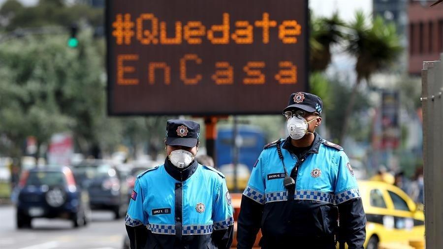 Policías en Ecuador en medio de la crisis por coronavirus. / EFE