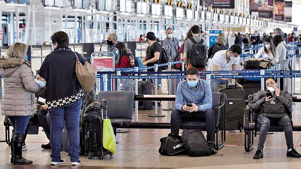 Decenas de viajeros llegan al aeropuerto de Santiago, Chile, donde se identificó el primer caso de la variante. EFE