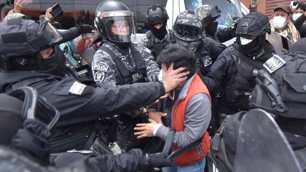 El periodista Carlos Quisbert al momento de ser agredido por policías en La Paz. APG