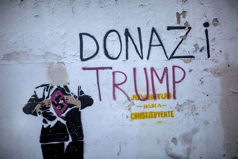 Un grafiti que hace referencia al presidente estadounidense, Donald Trump, es visto durante una movilización de simpatizantes chavistas este jueves, en Caracas. EFE