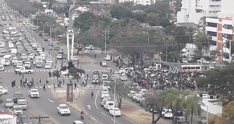 Decenas de manifestantes, durante las protestas contra el MAS en Santa Cruz.