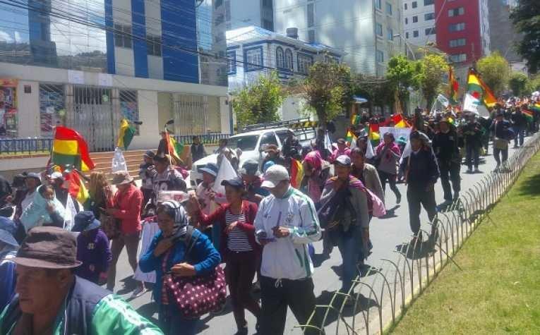 Foto de archivo muestra a un grupo de cocaleros marchando en Cochabamba.