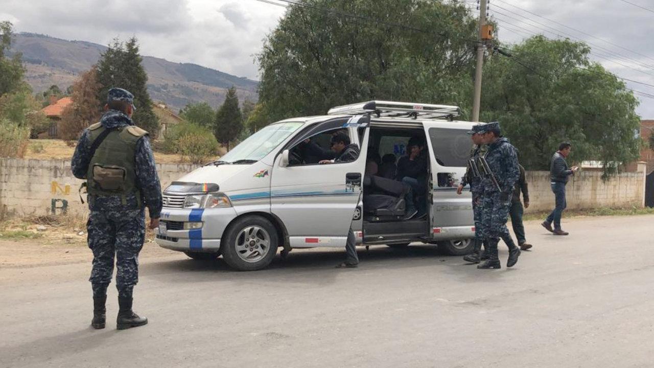 Militares y Policías continúan resguardando el retén de Huayllani - Opinión Bolivia