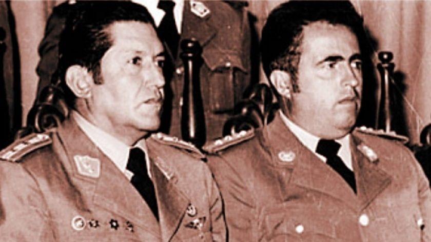 El dictador Luis García Meza (d), junto a su ministro del Interior Luir Arce Gómez.