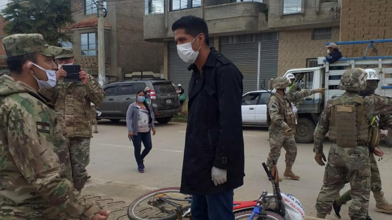 Militar increpa a Andrónico por aglomerar gente en la distribución de fruta