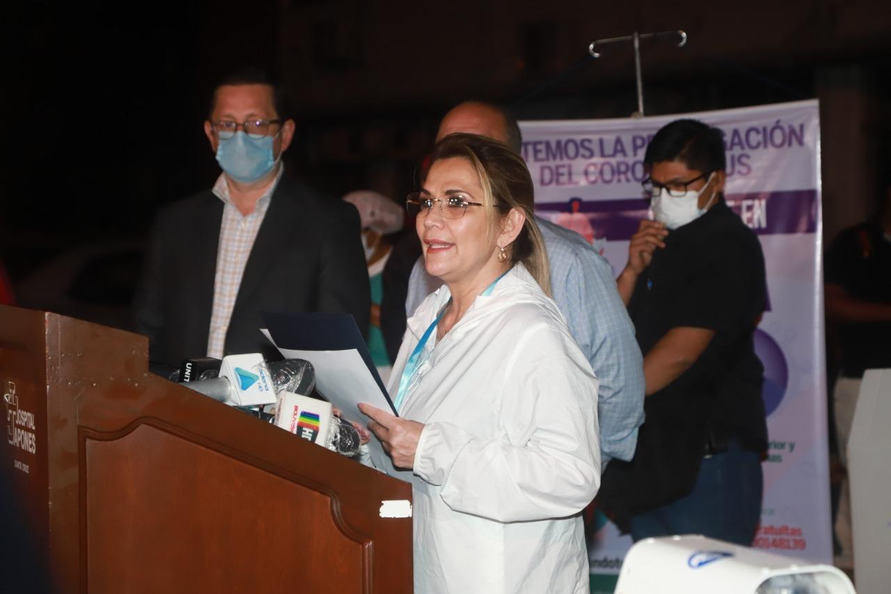 La presidenta Jeanine Áñez recibe los 170 respiradores en Santa Cruz. ABI