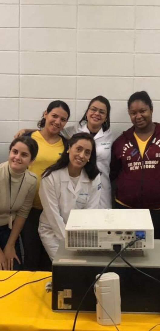 Pereira junto a un grupo de colegas médicos en un hospital. GENTILEZA VIANCA PEREIRA