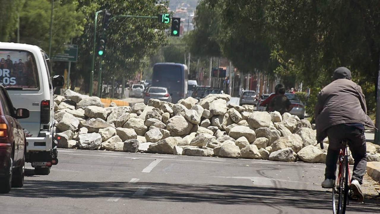 Uma pilha de pedras em um ponto de bloqueio localizado na Avenida Pequim. Dico Solis