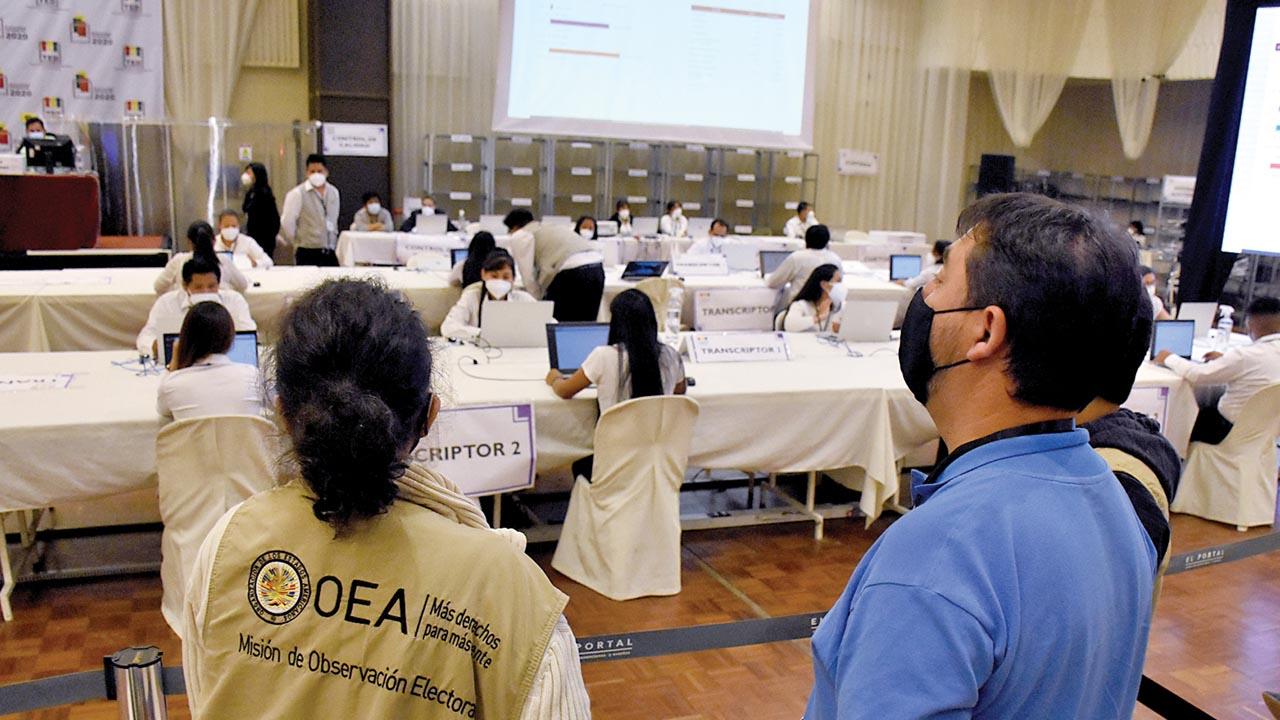 Observadores internacionales en el co?mputo de actas del TED Cochabamba.       Dico Solís