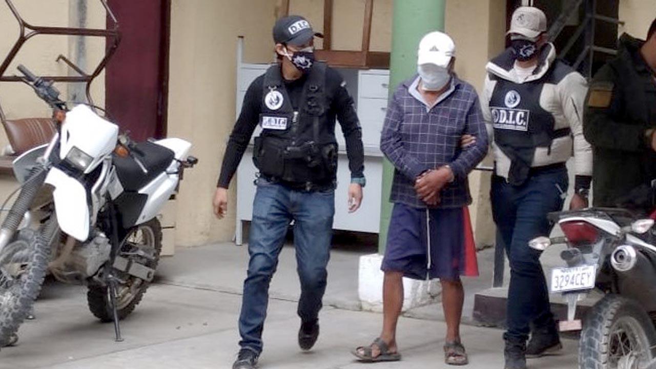 El padre del presunto feminicida es aprehendido por los efectivos policiales. OPINIÓN