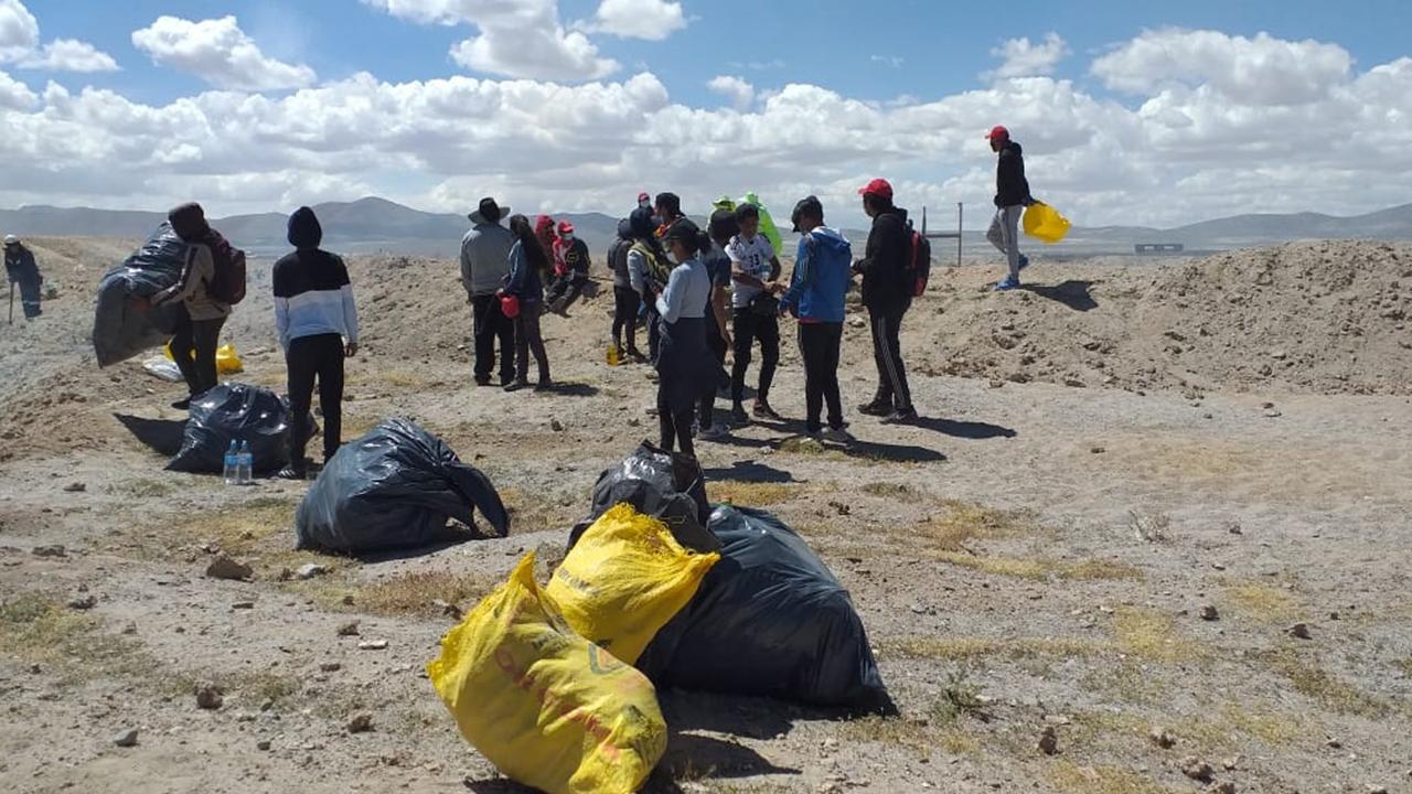 Inicia jornada de limpieza en el cementerio de trenes de Uyuni - El País -  Opinión Bolivia