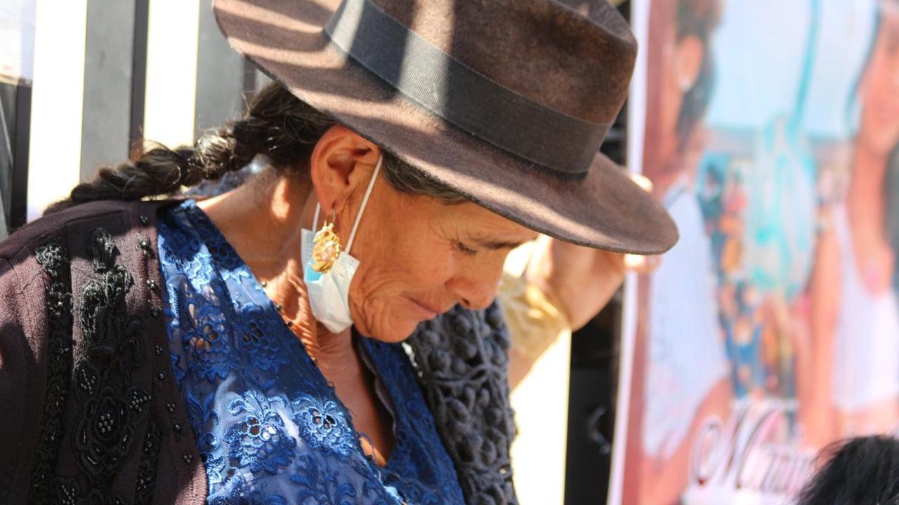 Pilar Reyes, madre de víctima de un feminicidio en Cliza, se crucificó hoy en las puertas de TDJ. (Alejandro Orellana)