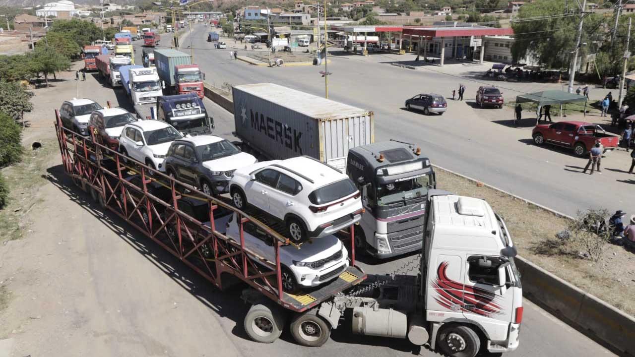 Transporte bloquea contra ferrocarril Arica-La Paz y deja varados a decenas  de camiones en Suticollo - Cochabamba - Opinión Bolivia
