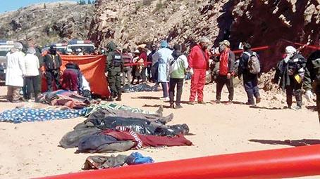 Realizan el levantamiento de los cadáveres del accidente del bus Señor de Chullucuni. GONZALO VEGA-RADIO ANTENA 2000