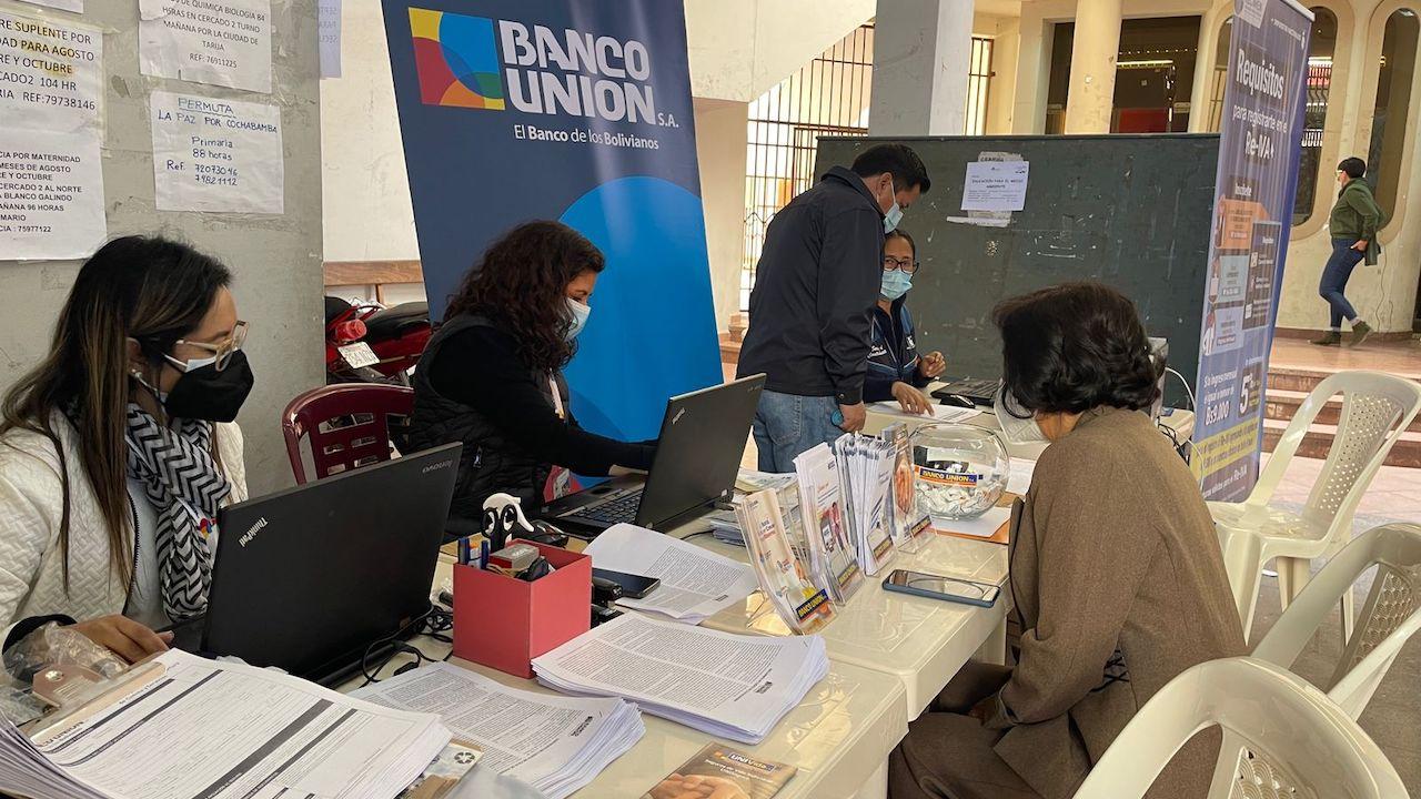 """Banco Unión habilita app y """"bancarización masiva"""" para más de 150 maestros  jubilados - Cochabamba - Opinión Bolivia"""