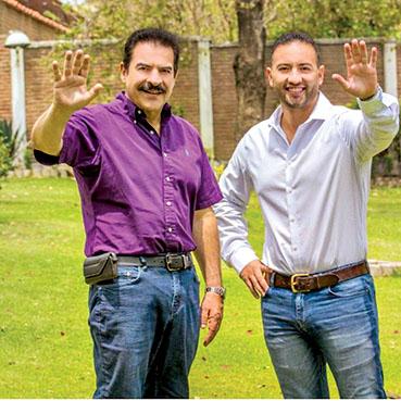 Manfred Reyes Villa junto a su hijo